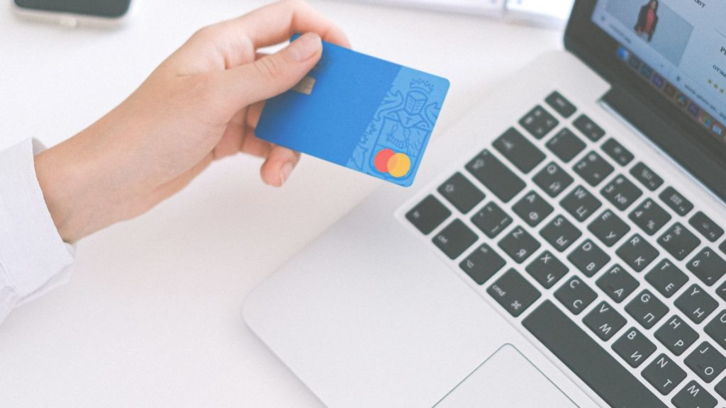 How to Use the Credit Card and Not Go Into Debt